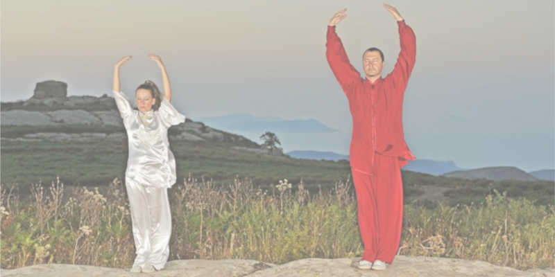 La forma clásica del Zhineng se practica con los pies juntos